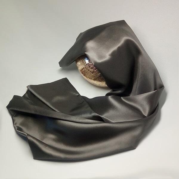 taie-d-oreiller-en-soie-65-X-65-grise